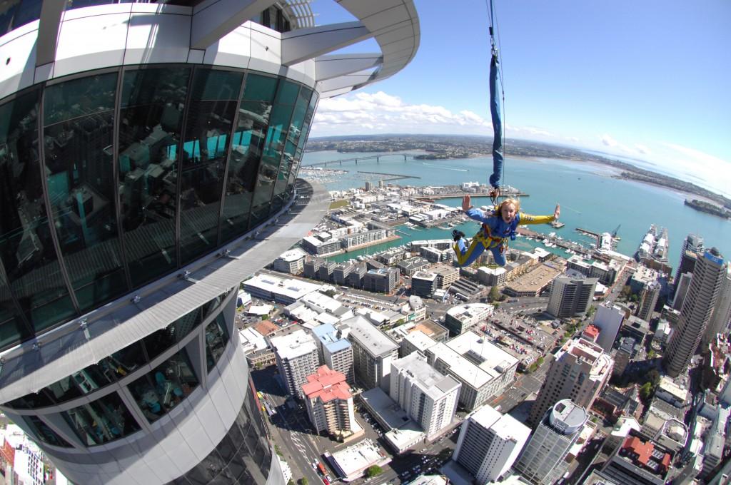 O SkyJump é uma das atrações radicais da Sky Tower